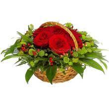 Цветочная корзина из больших красных роз, гиперикума и хризантем