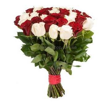 Букет из красных и белых роз импортного производства