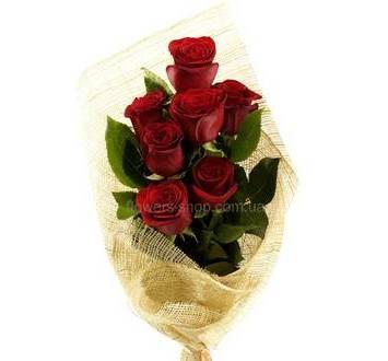 Букет из красных импортных роз упакованных в сетку