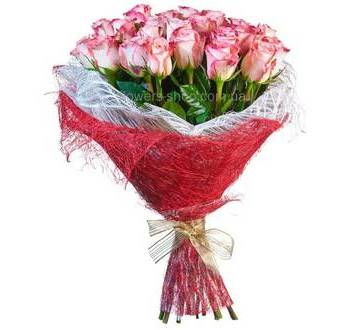 Букет из роз Свитнес упакованных в сизаль двух цветов