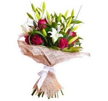 Букет из красных роз, лилий и залени в упаковке
