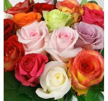 Букет из разноцветных импортных роз и листьев салала