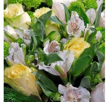 Сборный букет из белых роз, альстромерий и хризантемы Филинг Грин