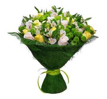 Сборный букет из роз, альстроерий, хризантем в зеленой упаковке