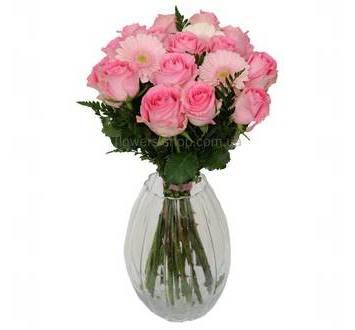 Букет из розовых роз и гербер с зеленью
