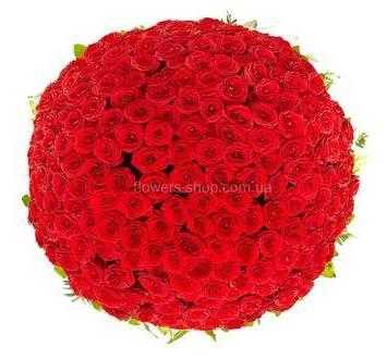 Огромная корзина с красными розами и ледервареном