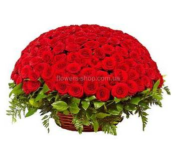 Большая корзина с красными розами сорта Гран При и зеленью ледерварена