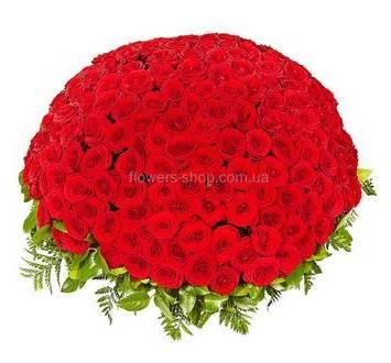 Охапка красных роз с ледервареном в корзине