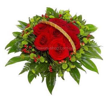 Корзина с зелеными хризантемами, розами, гиперикумом и декоративной зеленью