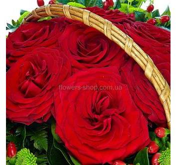 Розы Престиж, хризантемы Филинг Грин, гиперикум в корзине