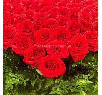 огромное сердце из красных роз в корзине
