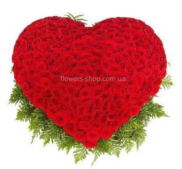 Сердце из красных роз и ледерварена в большой корзине