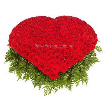 Композиция в форме сердца из роз собранная в корзине