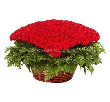 Розы собранные в форме сердца с зеленью ледерварена