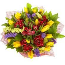 Сборный букет из желтых тюльпанов, альстромерий и статицы