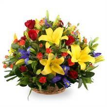 корзина из роз, ирисов и желтых лилий