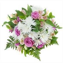 Букет из белых игольчатых хризантем, роз и альстромерий