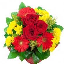 Букет из красных роз и гербер, желтых веточных хризантем