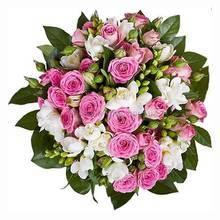Букет из белых фрезий, одиночных и веточных роз с зеленью