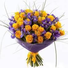 Букет из желтых роз и синих ирисов в упаковке