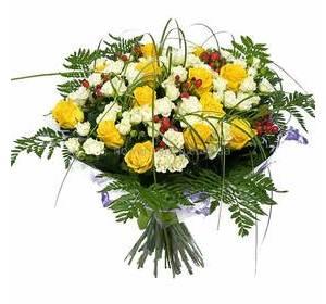 Букет из веточных и одноголовых роз, гиперикума и ледерварена