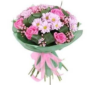 Букет из розовых роз, хризантем и бувардии с зеленью