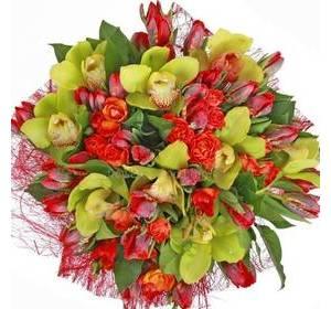 Букет из тюльпанов, кустовых роз, фрезий и зеленых орхидей в красной упаковке
