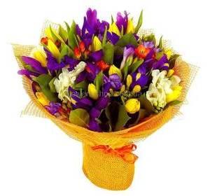 Яркий букет из весенних цветов