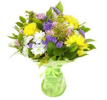 Сборный букет из желтого солидаго, статицы и кустовых хризантем