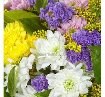Букет из разноцветных кустовых хризантем, статицы и солидаго
