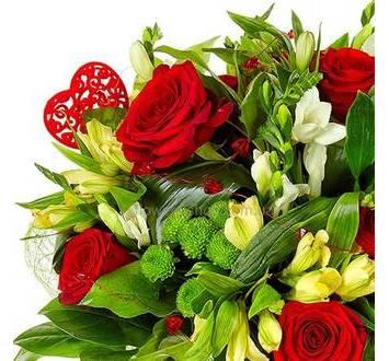 Букет с розами, альстромериями, хризантемами и декором
