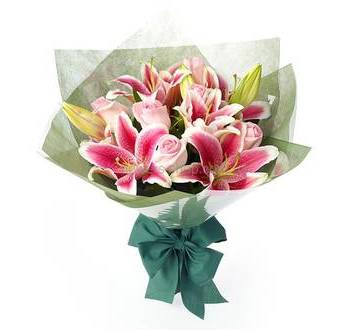 Букет из лилий и роз в упаковке