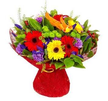 Яркий букет из разноцветных гербер, ирисов, зеленых хризантем и гвоздик