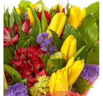 Букет из красных альстромерий, тюльпанов и лимониума