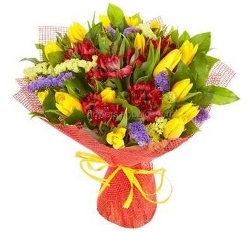 Букет из тюльпанов и альстромерий в декоративной сетке
