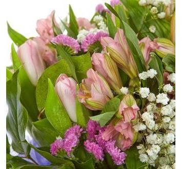 Сборный букет из альстромерий, тюльпанов, лимониума и гипсофилы