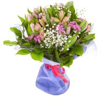 Букет из розовых тюльпанов и альстромерий с зеленью в упаковке