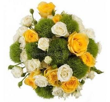 Букет из одиночных и кустовых роз и зеленых гвоздик
