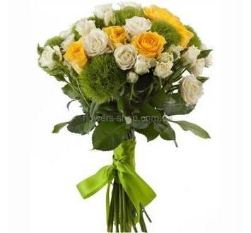 Сборный букет из диантусов, желтых и белых роз