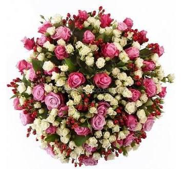 Букет из розовых и белых роз с гиперикумом