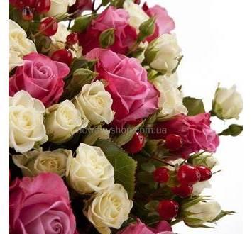 Кустовые белые розы, розовые розы, гиперикум