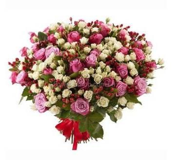 Букет из обычных и кустовых роз, перевязанный лентой