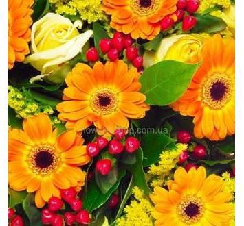 Желтые герберы, розы, солидаго и гиперикум в одном букете