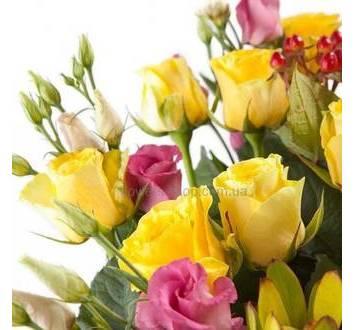 Желтые розы, розовые лизиантусы