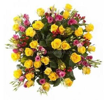 розы Илиос, розовые эустомы и гиперикум