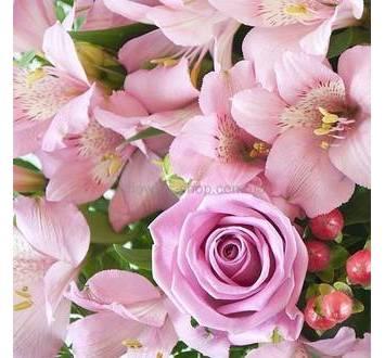 Розовые розы и альстромерии, гиперикум