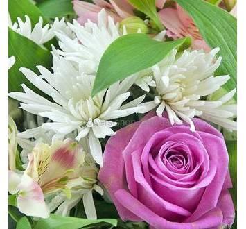 Сборный букет в бело-розовом цвете с ледервареном