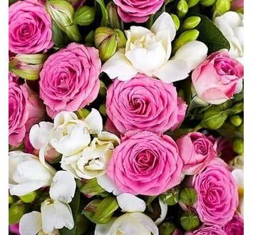 Букет из роз и фрезий с декоративной зеленью