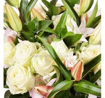 Букет с белыми лилиями и розами