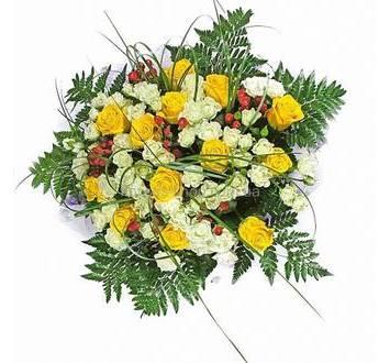 Желтые розы, гиперикум, белые многобутонные розы, ледерварен